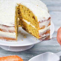 Carrot Cake 3 | Jeder hat wahrscheinlichso ein paar Rezepte imRepertoire, die man immer und immer wiedermacht. Bei uns ist das unter anderemdieserCarrot Cake!Leckernussig und saftig miteiner feinen Frischkäsecreme ... klingtdas nicht schon einfach lecker?! Für Sascha ist die Zubereitung immer eine kleine Qual, da er dank seinerHaselnussallergie den Teig nicht naschen kann und dasmacht erbeim Backen, wieihr ja wisst, am liebsten :) Ihr könnt euchalso denken, wenn wir solche Strapazen auf uns nehmen bei der Zubereitung, dann muss das Endergebnis einfach grandios sein. Versucht es einfach und wir sind uns sicher, ihr werdet ihn auch lieben.