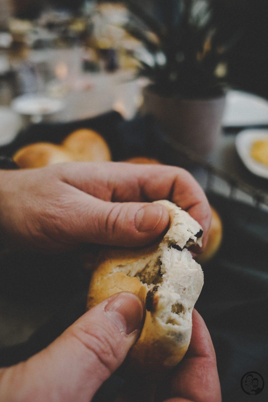 Milchbrötchen mit Rosinen mW 2 | Eine leckere Sache haben wir noch für euch, die wir auch bei unserem Bloggertreffen in der schönen Kirchein Bernkastel-Kues im Stadtteil Wehlen, zubereitet haben. Es wurde schön gebruncht wie es sich für einen Sonntagmorgen gehört.Und da Sascha immer etwas Süßes als Abschluss eines ausgedehnten Frühstücks braucht, habe ich für uns alle Milchbrötchen gebacken.