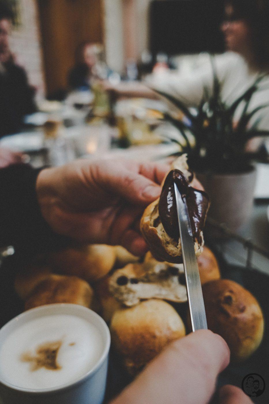 Milchbrötchen mit Rosinen mW 5 | Eine leckere Sache haben wir noch für euch, die wir auch bei unserem Bloggertreffen in der schönen Kirchein Bernkastel-Kues im Stadtteil Wehlen, zubereitet haben. Es wurde schön gebruncht wie es sich für einen Sonntagmorgen gehört.Und da Sascha immer etwas Süßes als Abschluss eines ausgedehnten Frühstücks braucht, habe ich für uns alle Milchbrötchen gebacken.