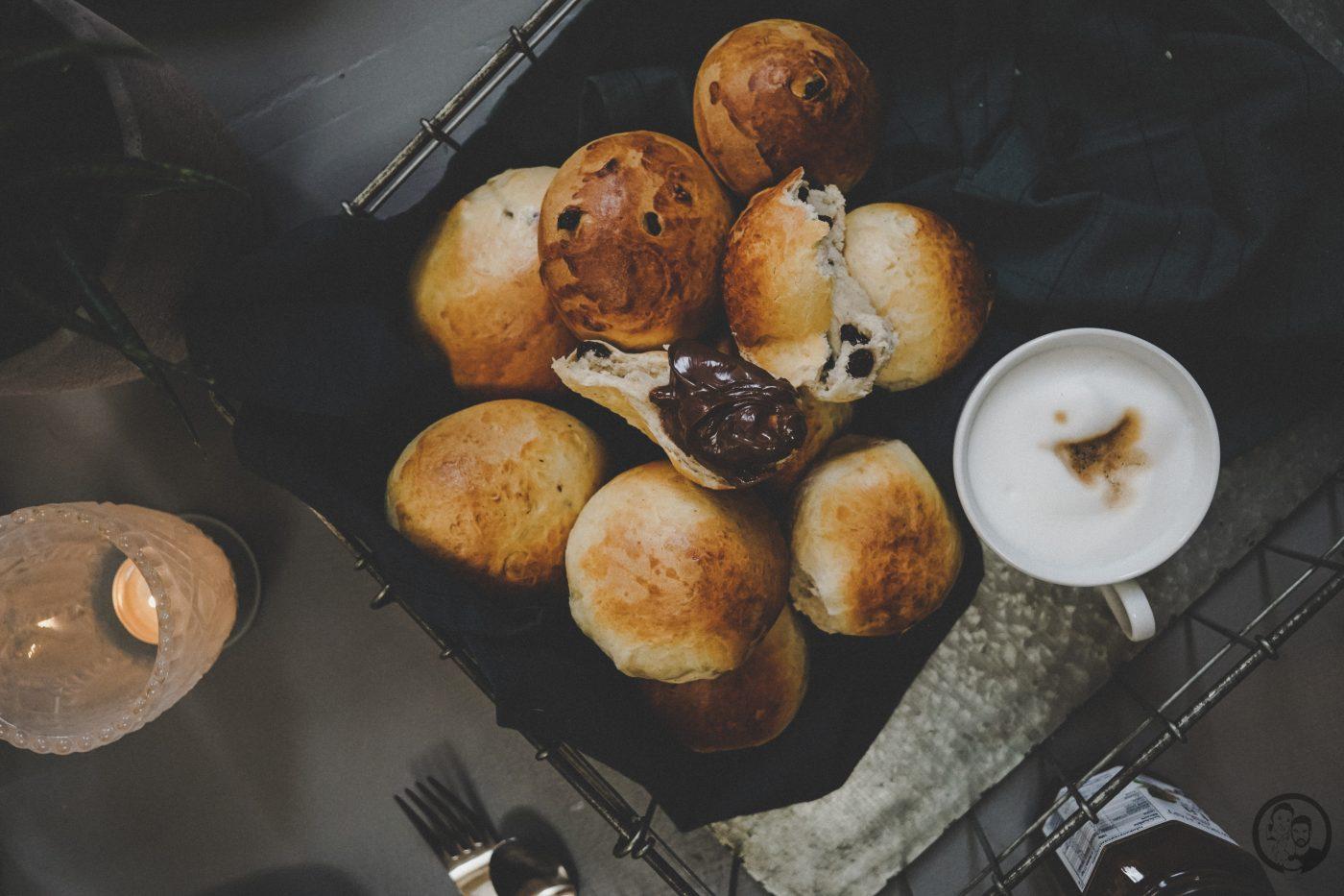 Milchbrötchen mit Rosinen mW 9 | Eine leckere Sache haben wir noch für euch, die wir auch bei unserem Bloggertreffen in der schönen Kirchein Bernkastel-Kues im Stadtteil Wehlen, zubereitet haben. Es wurde schön gebruncht wie es sich für einen Sonntagmorgen gehört.Und da Sascha immer etwas Süßes als Abschluss eines ausgedehnten Frühstücks braucht, habe ich für uns alle Milchbrötchen gebacken.