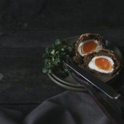 Scotch Eggs mW 13 | Ihr kennt das bestimmt auch, dass ihr Gerichte, die ihr gerne mal zubereiten wollt, immer wieder auf Seite schiebt, weil ihr glaubt, dass sie zu aufwendig oder zu schwierig sind. Und wenn man sich dann doch einmal daran begibt, merkt ihr, dass es doch ganz einfach ist.So ging es uns auch mit Scotch Eggs. Wir haben sie schon seit Ewigkeiten auf unserer ToDo Liste und haben uns nie daran gewagt.