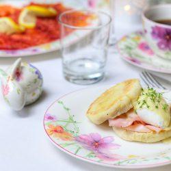 eggs benedict brunch snacks rezept 0 | Wir steuern mit großen Schritten auf Ostern zu und zum Glück stellt sich auch das Wetter mehr und mehr auf Frühling um. Vielleicht geht es euch ja wie uns, denn wir haben am Wochenende mit Saschas Eltern schon fleißig an unserem Osterleckereien getüftelt. Man will ja schließlich vorbereitet sein! Eine ganz typische Tradition ist ein ausgiebiger Oster-Brunch - dabei darf es dann auch mal etwas opulenter zugehen. Da wir Eier zum Frühstück einfach lieben, machen wir gerne die Deluxe-Version des Frühstückseis Eggs Benedict. Also ist es höchste Zeit dieses Rezept nach über 2 jähren auf dem Blog wieder ins Rampenlicht zu rücken!