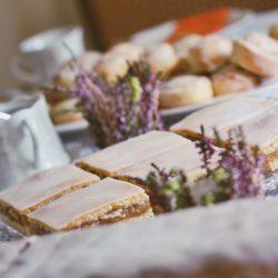 gedeckter apfelkuchen 4 | Heute zeigen wir euch ein Rezept, das schon so einige Zeit auf dem Blog schlummert. Torsten und ich lieben diesen Kuchen über alles - unser All-Time-Favorite quasi. Bei gedecktem Apfelkuchen können wir nicht widerstehen und wir haben ihn das erste mal zum Geburtstag von Oma Lore gebacken und dann natürlich auch nach ihrem Rezept. Apfel, doppelt Mürbeteig, Zuckerguss - viel besser kann es nicht mehr werden oder?