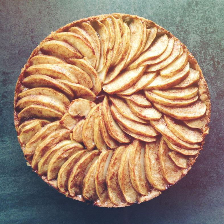 image 5 4 4 | Liebt ihr Apfelkuchen auch so sehr, wie wir?Gedeckter Apfelkuchen, Gitterapfelkuchen,Versenkter Apfelkuchen, Tarte Tatin und was es da noch alles so gibt. Wir finden, dass der Apfel so ziemlich das tollste Obst ist, das man in einem Kuchen verarbeiten kann. Zumindest was die Vielfalt angeht ist das so. Außerdem sind viele Varianten an Kuchen mit Äpfeln auch wirklich super schnell gebacken. Und deshalb haben wir uns einen noch schnelleren und super leckeren ausgedacht. Unseren Knusper-Apfelkuchen.