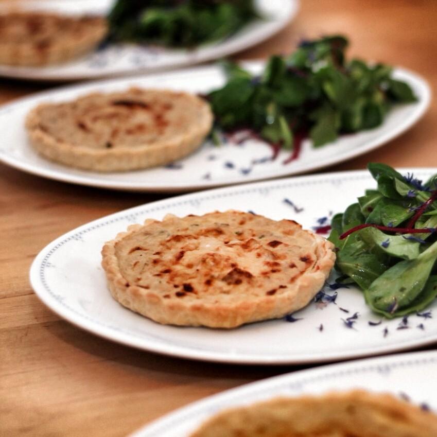 image 8 7 | Serviert die Tartelettes, wie wir, als Vorspeise warm zu einem gemischten Blattsalat. Super hierzu passt ein Dressing aus Zitronensaft, Salz und Pfeffer, etwas Honig und Olivenöl.