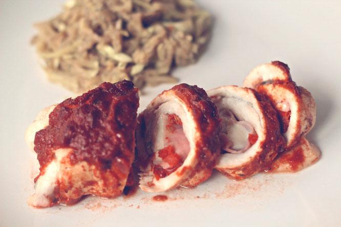 involtini di pollo h%C3%A4hnchenrouladen | Gebt nun die Sauce über die Rouladen und schiebt sie für ca. 40 Minuten in den Backofen. Danach sollten sie gegart und immer noch schön saftig sein.