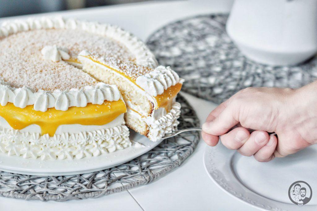 mango frischkäsetorte torte rezept backen 4 | Der Juni ist da und damit höchste Zeit für unseren Sommerkuchen 2021! Also der Kuchen der uns direkt in gute Laune & Sommerstimmung bringt. Viele denken jetzt bestimmt an Torten und ja gerade im Sommer kann so eine kühle Sahnetorte echt toll sein, aber noch viel lieber machen wir uns über einen saftigen Rührkuchen her. So erfüllt unser Mohn-Orangenkuchen alle Kriterien und es wird in dieses Jahr noch einige Male auf die Kuchentafel für uns, Freunde und Familie schaffen.