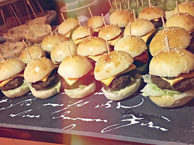 mini hamburger 5 | Wir können euch sagen, dass diese Mini Burger der absolute Renner auf Fred's Party waren und von allen Gästen bestaunt wurden. Geschmeckt haben sie übrigens auch fantastisch :-)