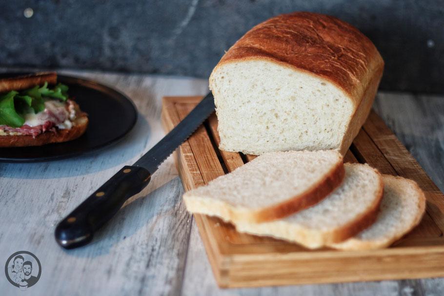 sandwich toast rezept backen | Schon seit Längerem hatten wir vor, einmal ein so richtig leckeres Toastbrot zu backen. Ist ja auch kein Hexenwerk ... Aber wir essen halt nur sehr selten Weißbrot. Klar, als Beilage zum Grillen oder zum Fondue oder Raclette. Aber das machen wir ja auch nicht jede Woche ;-).
