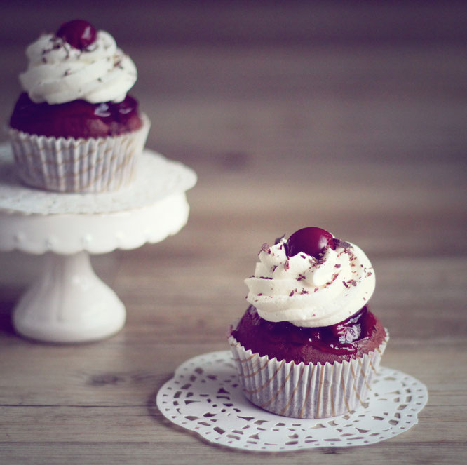 schwarzw%C3%A4lder kirsch cupcakes | Es macht uns immer wieder Spaß absolute Klassiker in eine neue Form zu bringen. Welche Klassiker der Backkunst habt ihr schonmal in eine eigene Kreation umgewandelt?