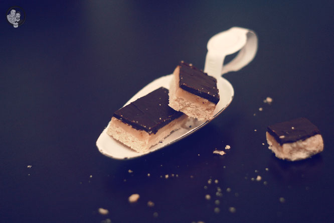 toffee shortbread bars 7 | Wenn ihr auch auf Shortbread steht, dann solltet ihr dieses Rezept unbedingt ausprobieren. Wie mögt ihr euer Shortbread am liebsten? Original, ohne alles oder mit Frucht oder Schokolade?