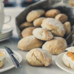 mW Frühstücksbrötchen 2 | Weil ich ja der Brot- oder auch Brötchenbäcker von uns beiden bin, habe ich ja schon so einige Rezepte ausprobiert und wir beide waren auch immer sehr begeistert, über den Geschmack, die Konsistenz und natürlich auch über die Geschwindigkeit, in der ich süße oder auch weniger süße Frühstücksbrötchen gebacken habe. Warum die Geschwindigkeit aber auch ein großes Hindernis für wirklich perfekte Frühstücksbrötchen haben kann, das erzähle ich euch gleich.