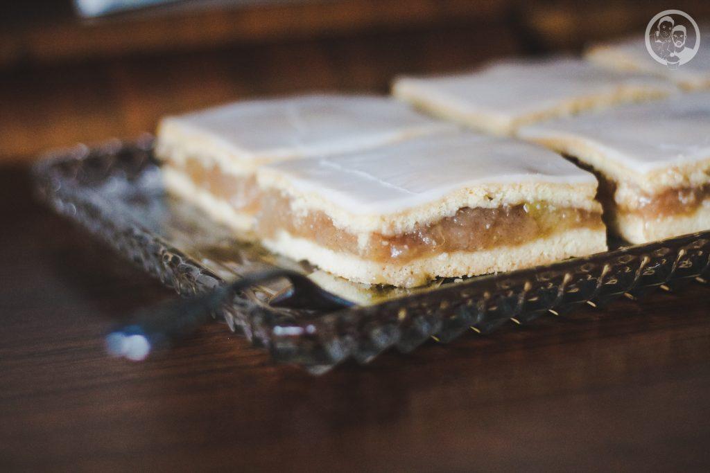 mW gedeckter Apfelkuchen 1 | Heute zeigen wir euch ein Rezept, das schon so einige Zeit auf dem Blog schlummert. Torsten und ich lieben diesen Kuchen über alles - unser All-Time-Favorite quasi. Bei gedecktem Apfelkuchen können wir nicht widerstehen und wir haben ihn das erste mal zum Geburtstag von Oma Lore gebacken und dann natürlich auch nach ihrem Rezept. Apfel, doppelt Mürbeteig, Zuckerguss - viel besser kann es nicht mehr werden oder?