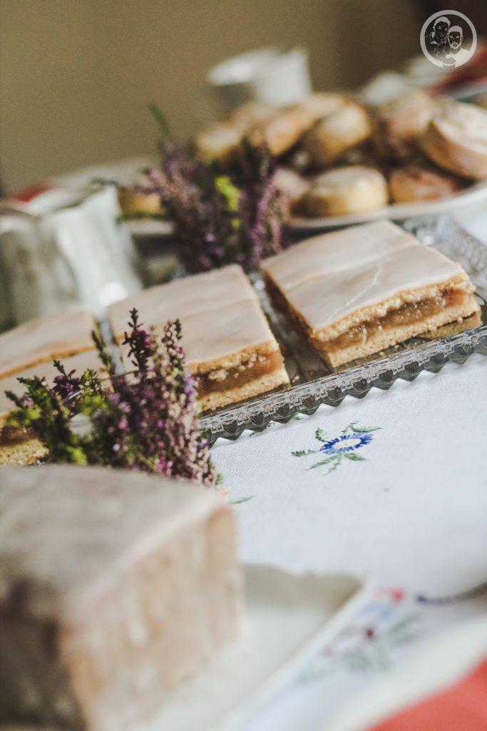 mW gedeckter Apfelkuchen 7 | Heute zeigen wir euch ein Rezept, das schon so einige Zeit auf dem Blog schlummert. Torsten und ich lieben diesen Kuchen über alles - unser All-Time-Favorite quasi. Bei gedecktem Apfelkuchen können wir nicht widerstehen und wir haben ihn das erste mal zum Geburtstag von Oma Lore gebacken und dann natürlich auch nach ihrem Rezept. Apfel, doppelt Mürbeteig, Zuckerguss - viel besser kann es nicht mehr werden oder?