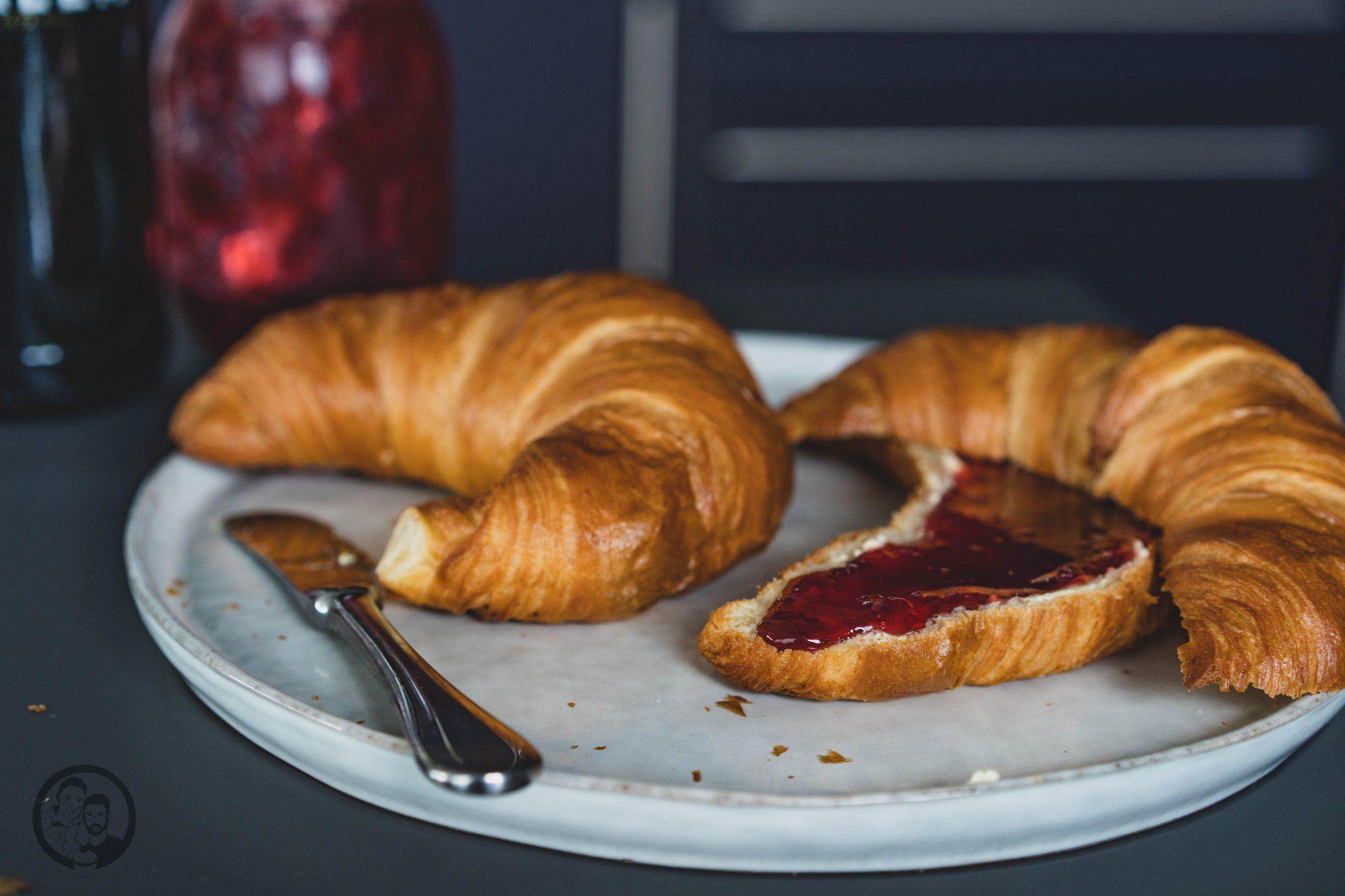 Kirschkonfitüre auf Croissant