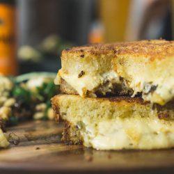 mW Grilled Cheese 12 | Heute haben wir das perfekte Feierabendrezept für euch im Gepäck. Gemeinsam mit Schöfferhofer feiern wir die Abendstunden des Tages, wenn die Sonne dabei ist, unterzugehen und der Himmel in mandaringetränkt ist. Das Wetter spielt momentan noch etwas verrückt, aber das hält uns nicht ab, euch das perfekte Sunset Dinner zu präsentieren. Wer kann schon einem Grilled Cheese Sandwich am Abend widerstehen... gepaart mit feinstem Trüffel entsteht so ein urbaner und delikater Genuss.