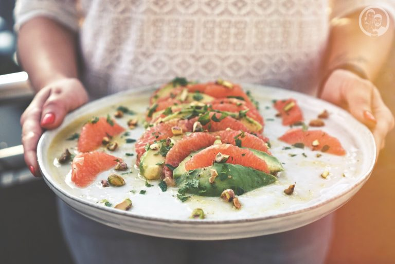 Salat in Händen auf Platte