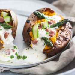 mW gebackene süßkartoffel serrano würfel 7 | Rezept für eine lecker gebackene Süßkartoffel. Dazu Serrano-Würfek und frischer grüner Spargel und der Genuss ist perfekt. Das musst du ausprobieren!