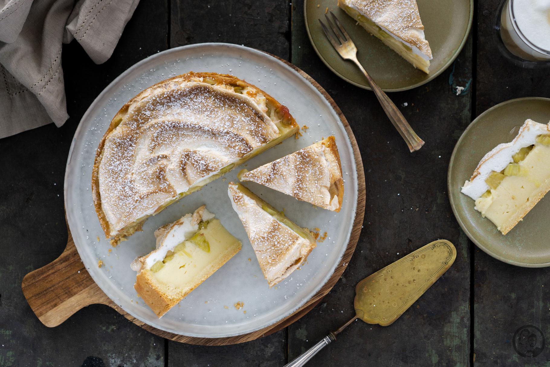 Rhabarber-Pudding Kuchen angeschnitten von oben