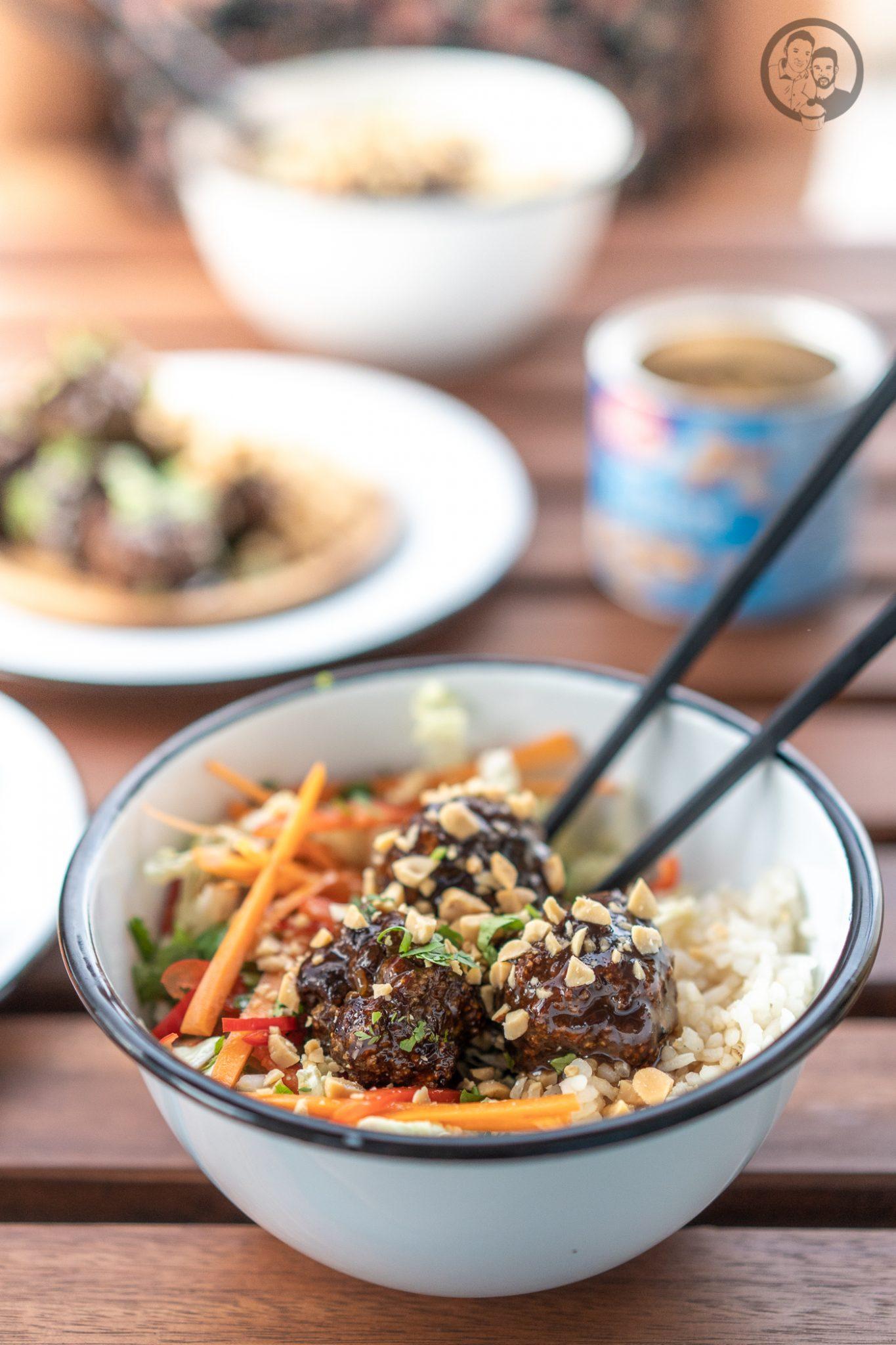 Poke Bowl erdn%C3%BCsse %C3%BCltje 1 | Wenn man um einen Foodtrend 2018 kaum herum gekommen ist, zumindest ging es uns in Köln so, dann ist es die Poke Bowl. Also wurde es höchste Zeit, dass wir unsere eigene Poke Bowl kreieren. Da wir verschiedene Küchen gerne kombinieren haben wir dazu Korean Beef Balls gemacht und eine gute Ladung gesalzene ültje Erdnüsse dazu gegeben - so schmeckt der Sommer aus der Schüssel!