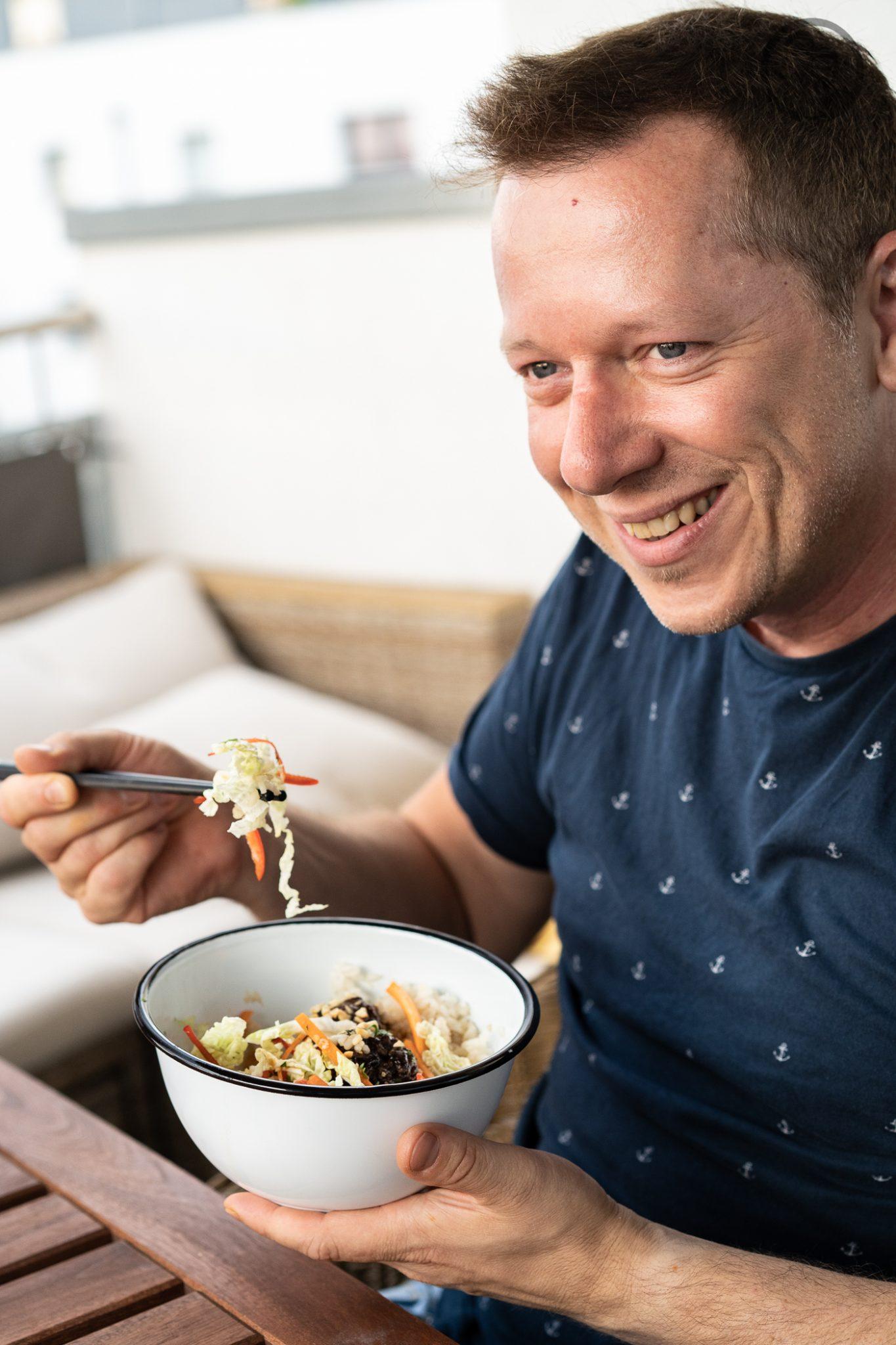 Poke Bowl erdn%C3%BCsse %C3%BCltje 10 | Wenn man um einen Foodtrend 2018 kaum herum gekommen ist, zumindest ging es uns in Köln so, dann ist es die Poke Bowl. Also wurde es höchste Zeit, dass wir unsere eigene Poke Bowl kreieren. Da wir verschiedene Küchen gerne kombinieren haben wir dazu Korean Beef Balls gemacht und eine gute Ladung gesalzene ültje Erdnüsse dazu gegeben - so schmeckt der Sommer aus der Schüssel!