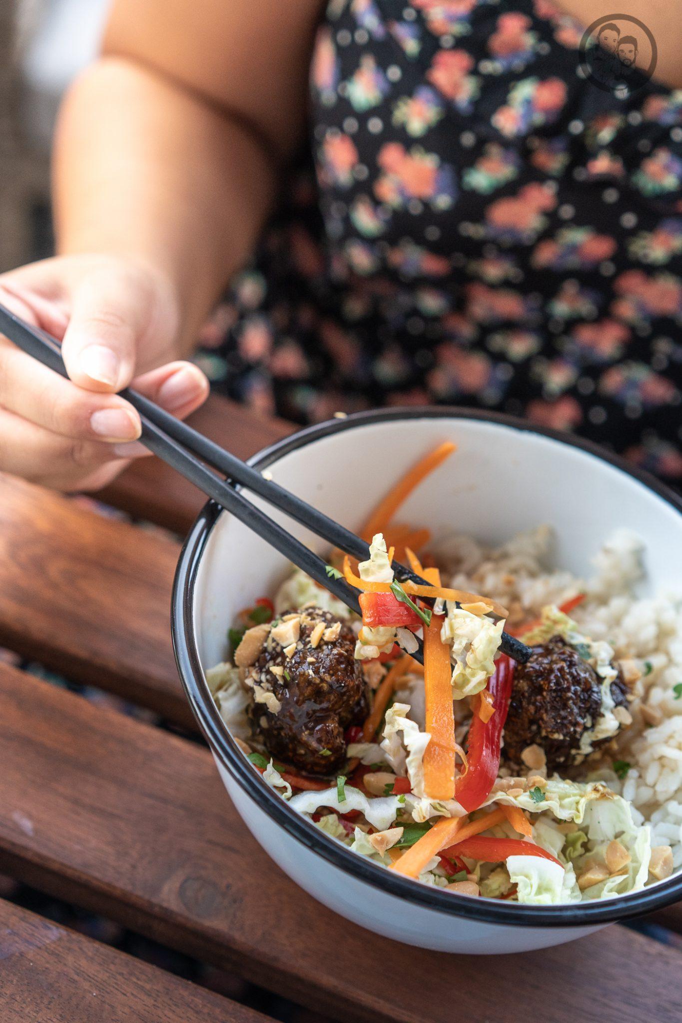 Poke Bowl erdn%C3%BCsse %C3%BCltje 11 | Wenn man um einen Foodtrend 2018 kaum herum gekommen ist, zumindest ging es uns in Köln so, dann ist es die Poke Bowl. Also wurde es höchste Zeit, dass wir unsere eigene Poke Bowl kreieren. Da wir verschiedene Küchen gerne kombinieren haben wir dazu Korean Beef Balls gemacht und eine gute Ladung gesalzene ültje Erdnüsse dazu gegeben - so schmeckt der Sommer aus der Schüssel!
