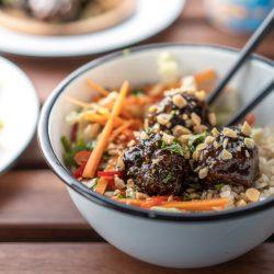 Poke Bowl erdnüsse ültje 3 | Wenn man um einen Foodtrend 2018 kaum herum gekommen ist, zumindest ging es uns in Köln so, dann ist es die Poke Bowl. Also wurde es höchste Zeit, dass wir unsere eigene Poke Bowl kreieren. Da wir verschiedene Küchen gerne kombinieren haben wir dazu Korean Beef Balls gemacht und eine gute Ladung gesalzene ültje Erdnüsse dazu gegeben - so schmeckt der Sommer aus der Schüssel!
