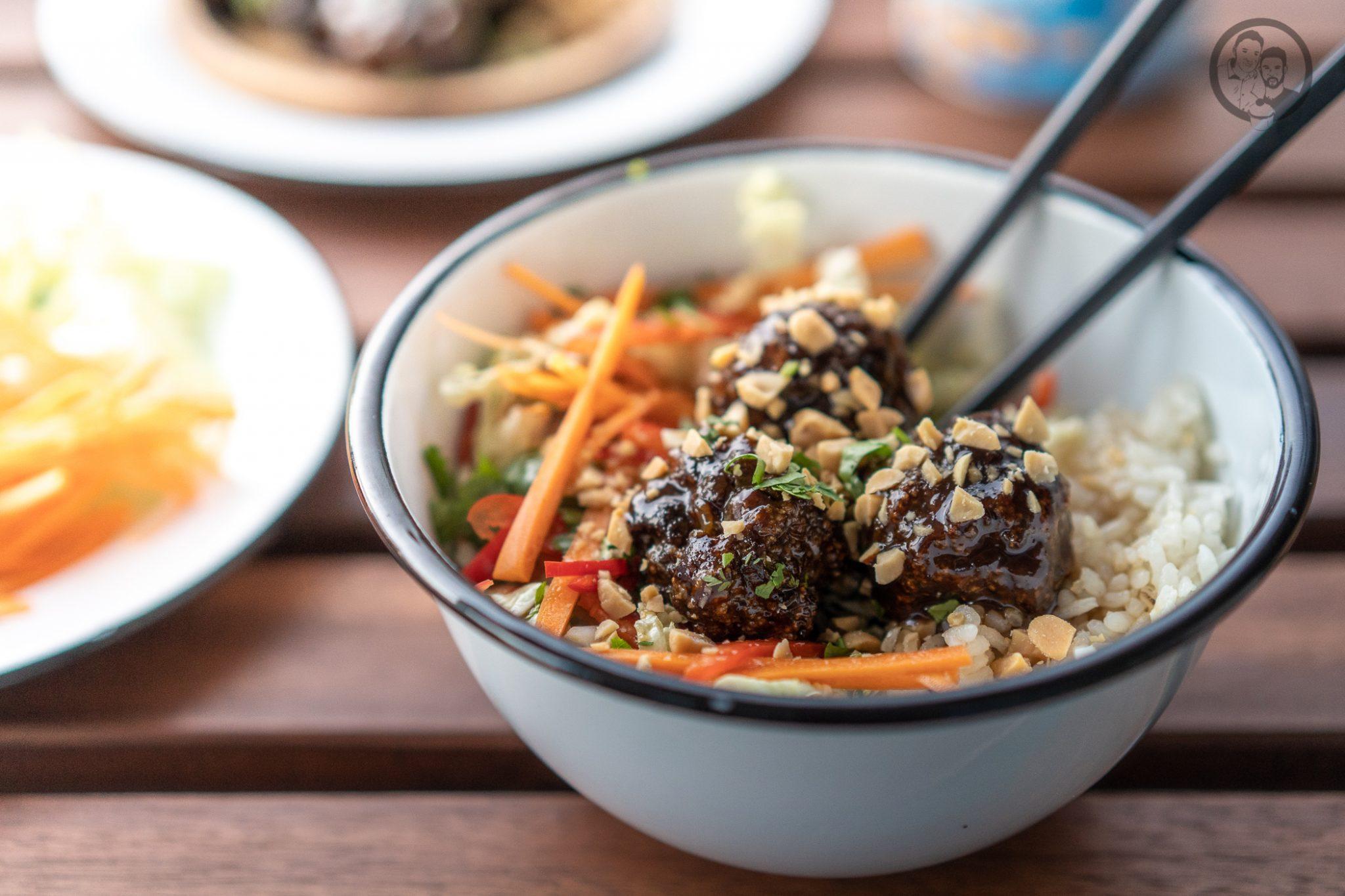 Poke Bowl erdn%C3%BCsse %C3%BCltje 3 | Wenn man um einen Foodtrend 2018 kaum herum gekommen ist, zumindest ging es uns in Köln so, dann ist es die Poke Bowl. Also wurde es höchste Zeit, dass wir unsere eigene Poke Bowl kreieren. Da wir verschiedene Küchen gerne kombinieren haben wir dazu Korean Beef Balls gemacht und eine gute Ladung gesalzene ültje Erdnüsse dazu gegeben - so schmeckt der Sommer aus der Schüssel!