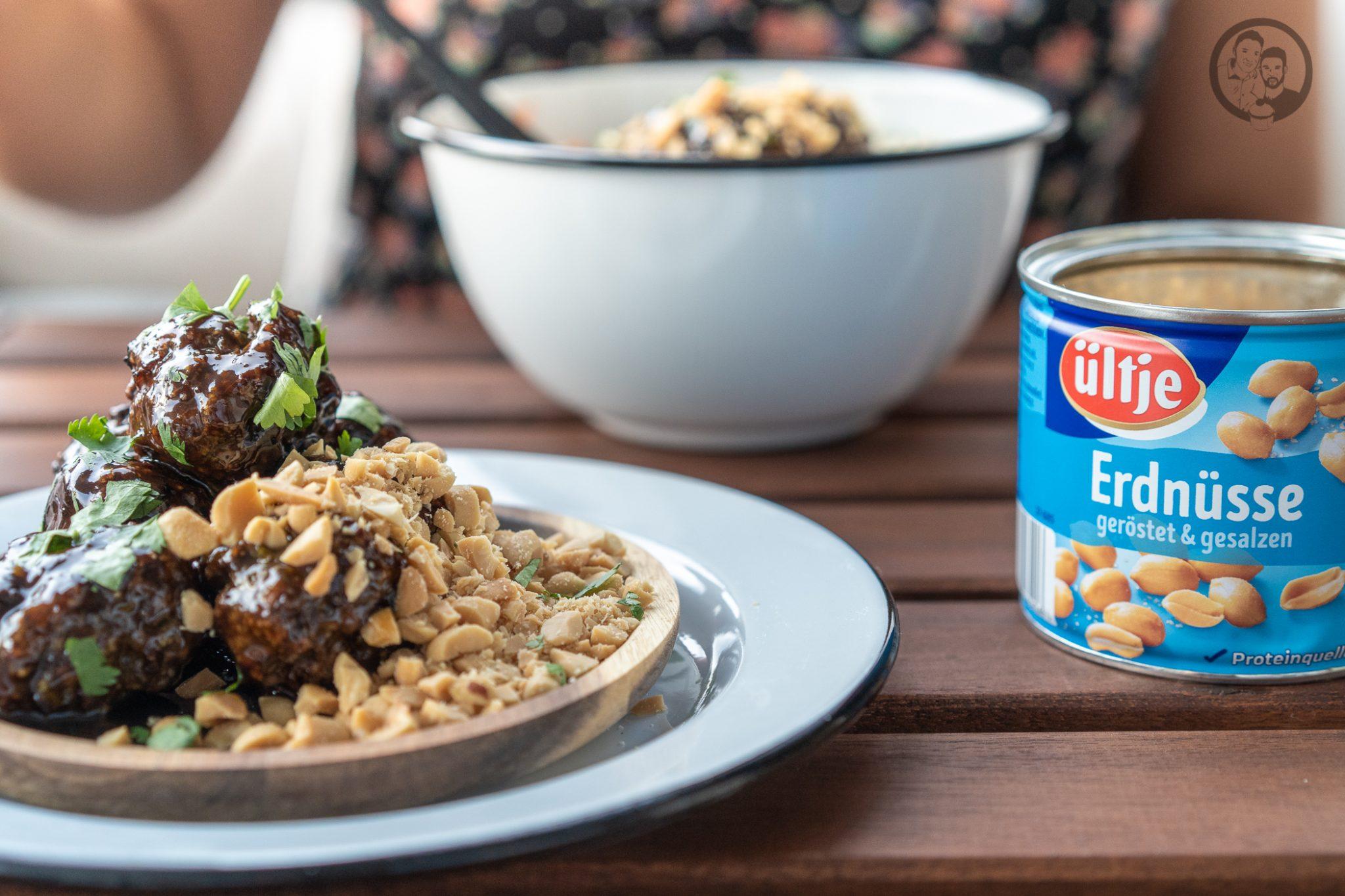 Poke Bowl erdn%C3%BCsse %C3%BCltje 4 | Wenn man um einen Foodtrend 2018 kaum herum gekommen ist, zumindest ging es uns in Köln so, dann ist es die Poke Bowl. Also wurde es höchste Zeit, dass wir unsere eigene Poke Bowl kreieren. Da wir verschiedene Küchen gerne kombinieren haben wir dazu Korean Beef Balls gemacht und eine gute Ladung gesalzene ültje Erdnüsse dazu gegeben - so schmeckt der Sommer aus der Schüssel!