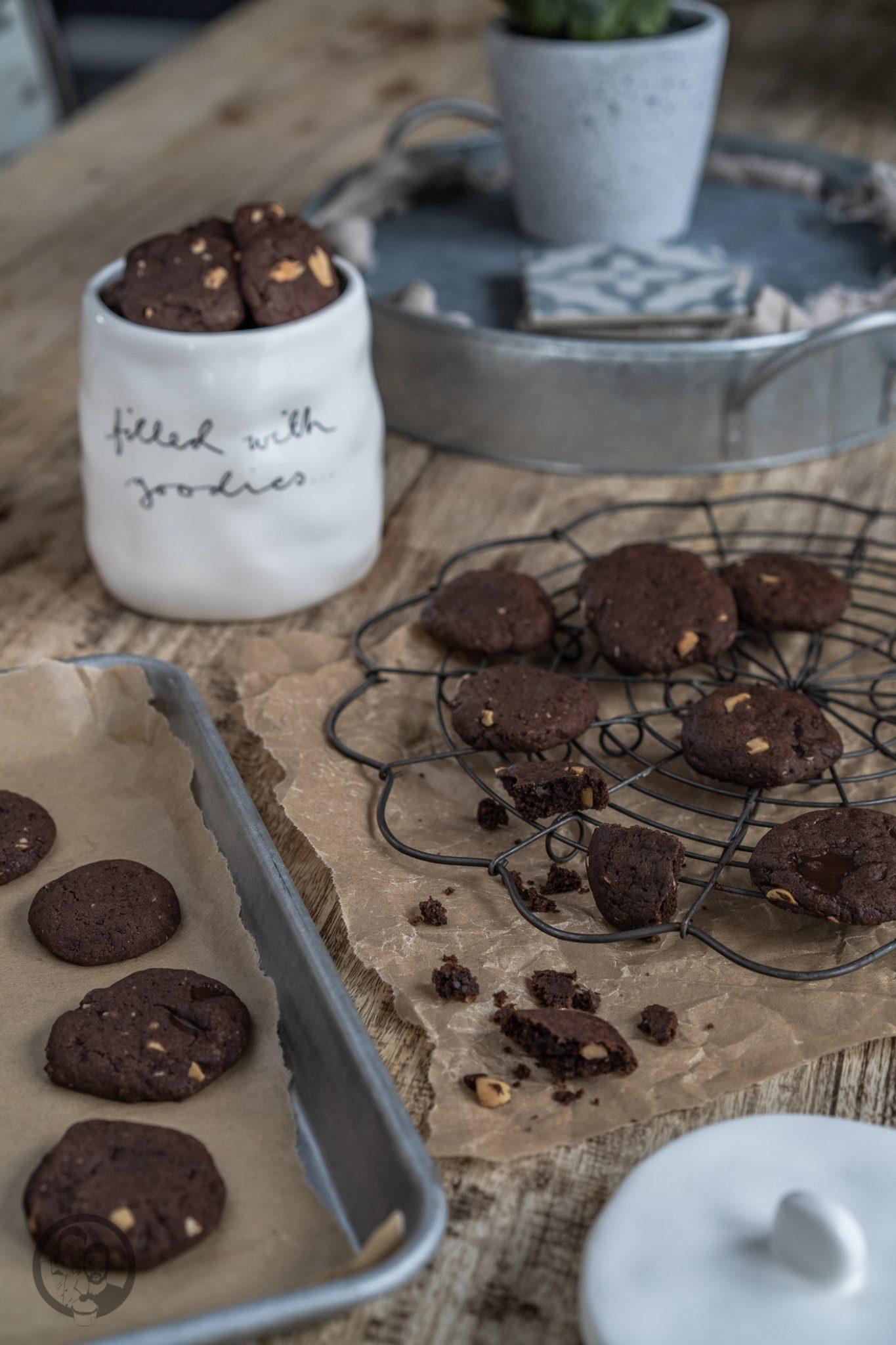 Schoko Erdnuss Cookies 2 | Man könnte mich auch gut und gerne Krümelmonster nennen! Ich liebe Cookies über alles. Gebäck, das sich so einfach und wunderbar variieren lässt, ist so oder so schon ein echter Gewinn. Bei uns müssen Cookies auf jeden Fall so richtig schön weich und saftig sein - wie ihr das ohne Probleme auch hinbekommt erfahrt ihr jetzt.