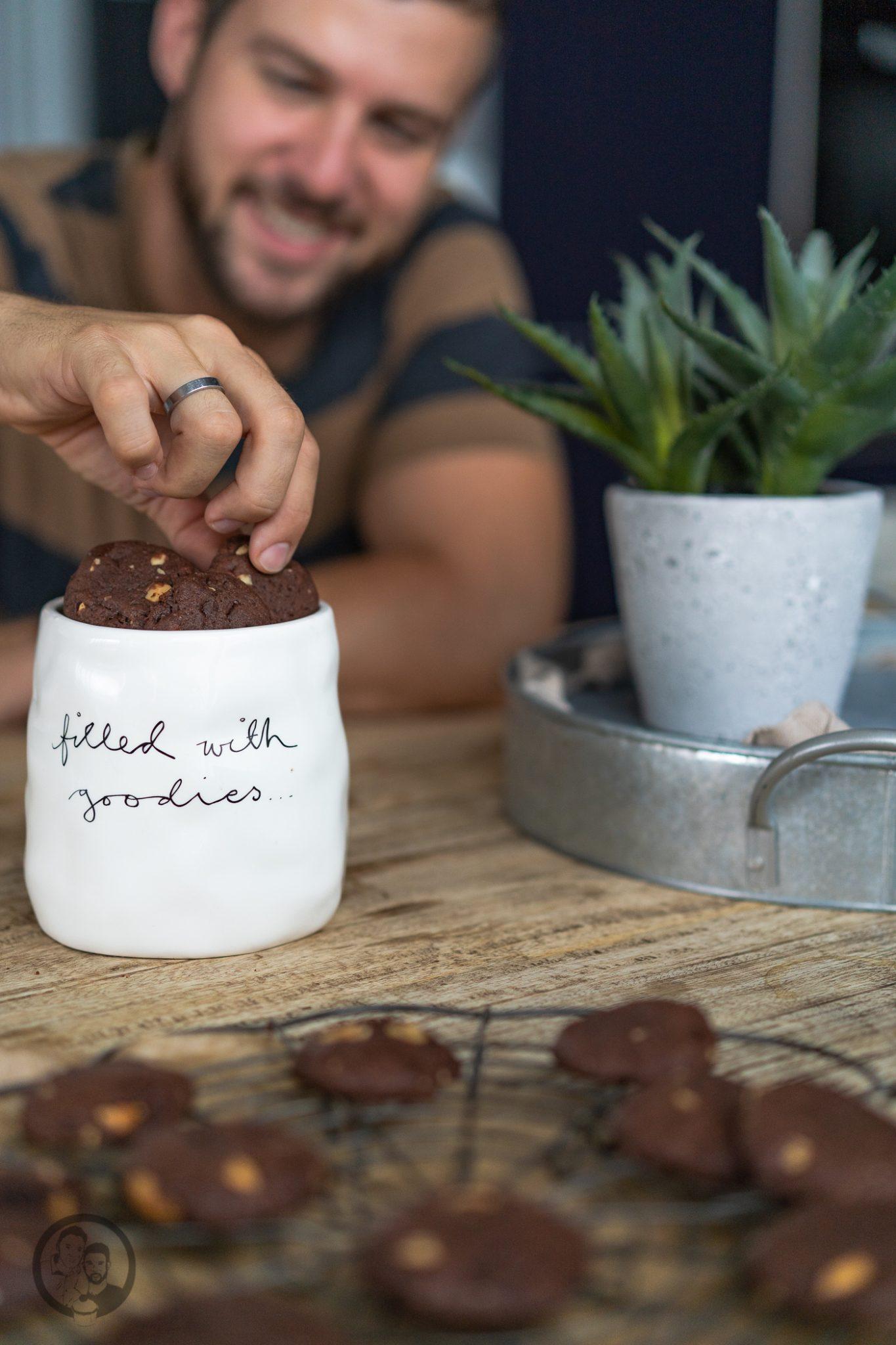 Schoko Erdnuss Cookies 5 | Man könnte mich auch gut und gerne Krümelmonster nennen! Ich liebe Cookies über alles. Gebäck, das sich so einfach und wunderbar variieren lässt, ist so oder so schon ein echter Gewinn. Bei uns müssen Cookies auf jeden Fall so richtig schön weich und saftig sein - wie ihr das ohne Probleme auch hinbekommt erfahrt ihr jetzt.