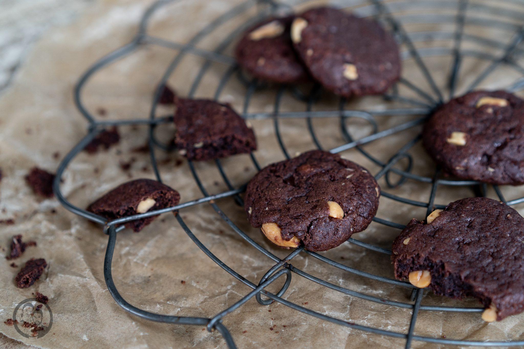 Schoko Erdnuss Cookies 9 | Man könnte mich auch gut und gerne Krümelmonster nennen! Ich liebe Cookies über alles. Gebäck, das sich so einfach und wunderbar variieren lässt, ist so oder so schon ein echter Gewinn. Bei uns müssen Cookies auf jeden Fall so richtig schön weich und saftig sein - wie ihr das ohne Probleme auch hinbekommt erfahrt ihr jetzt.