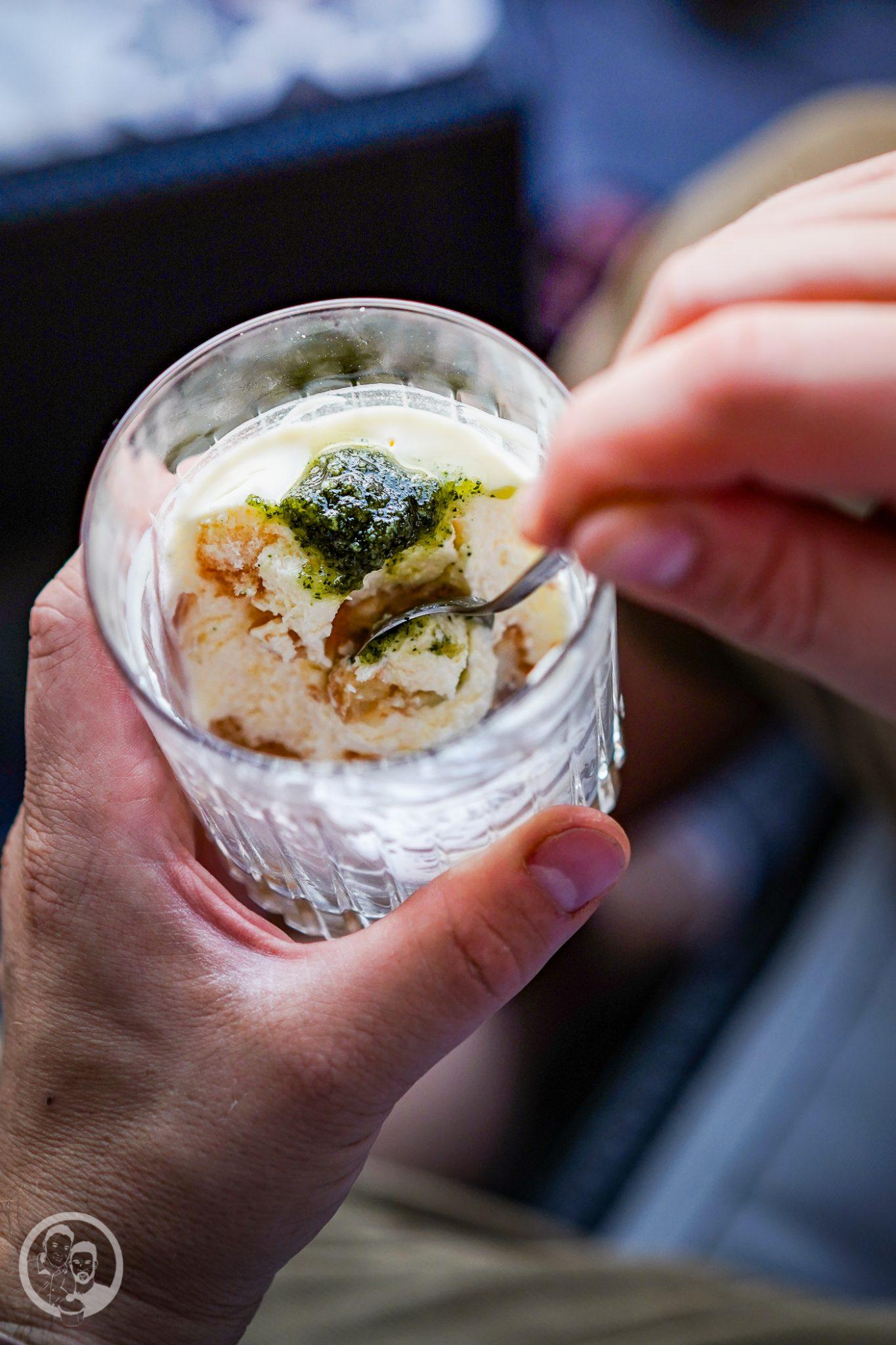 Zitronentiramisu 4 | Fast hätten wir vergessen, dass wir noch ein leckeres und sommerliches Dessert zubereitet haben. Aber manchmal kommen erst beim Durchschauen unserer Fotos so manche Gerichte zum Vorschein, die wir noch gar nicht auf den Blog gebracht haben. Außerdem gibt es ungeplanterweise zwei Gründe dafür, warum heute der perfekte Tag für unser Zitronentiramisu ist.