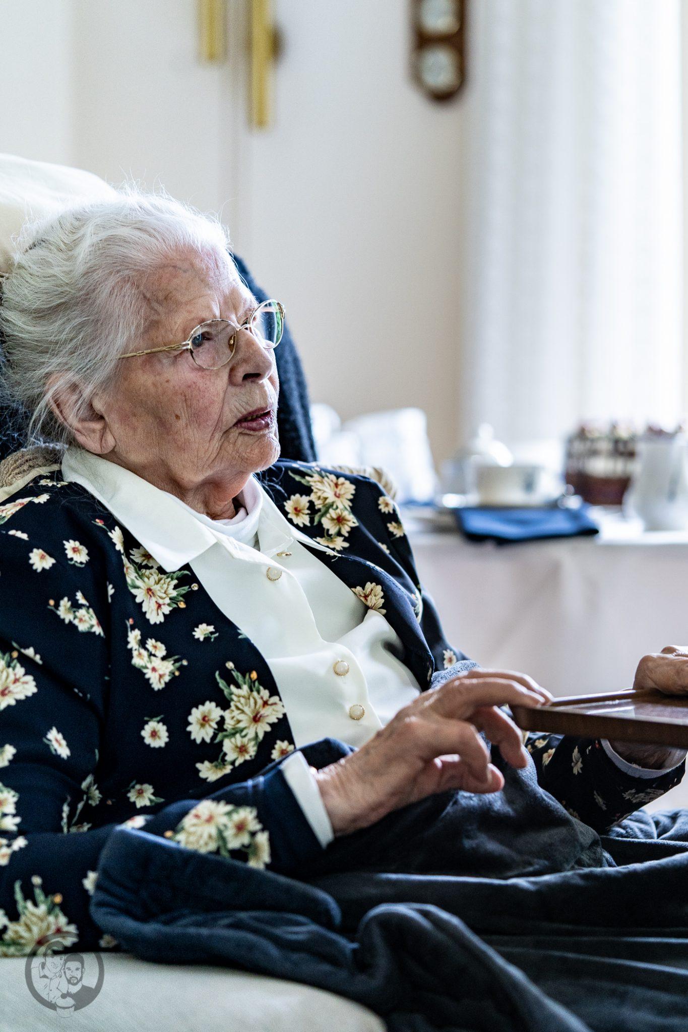 schwarzw%C3%A4lderkirsch villeroyboch mW 8 | Oma Lore hat etwas zu feiern. Am Freitag wurde sie 93 Jahre alt und da haben wir natürlich ausgiebig gefeiert. Seit Monaten besprechen wir schon mit ihr, welche Kuchen oder Torten sie denn gerne zum Geburtstag von uns gebacken bekommen möchte. Daran hat sich immer wieder die eine oder andere Idee verändert. Was aber geblieben ist, ist ihre Schwarzwälderkirschtorte. Das war ja quasi die Geburtstagstorte, die es immer zu Opas Geburtstag gab. Vielleicht wollte sie ihn auf diese Art mit dabei haben, um ihr Jubiläum zu feiern.