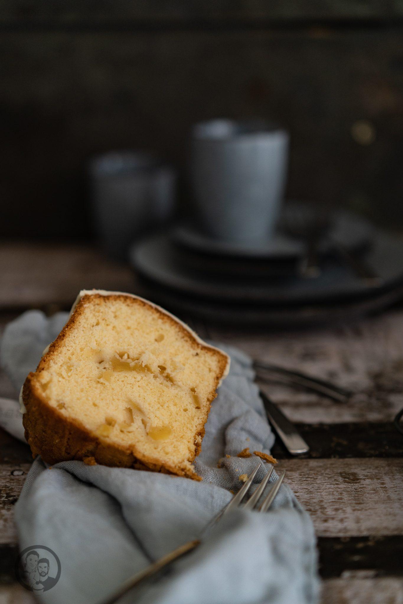 Apfelkuchen mW 5 | Auch wenn wir gerade einen goldenen Oktober in Köln erleben, der eher an den Spätsommer erinnert, zeigt das Laub der Bäume ganz klar - es geht in den Herbst. Kulinarisch lieben wir diese Jahreszeit einfach total. Man macht es sich wieder gemütlicher, die Gerichte werden wieder etwas rustikaler und auch beim Backen kann man aus dem vollen schöpfen. Daher haben wir den Herbst mit einem herrlich klassischem Apfelkuchen eingeleitet.