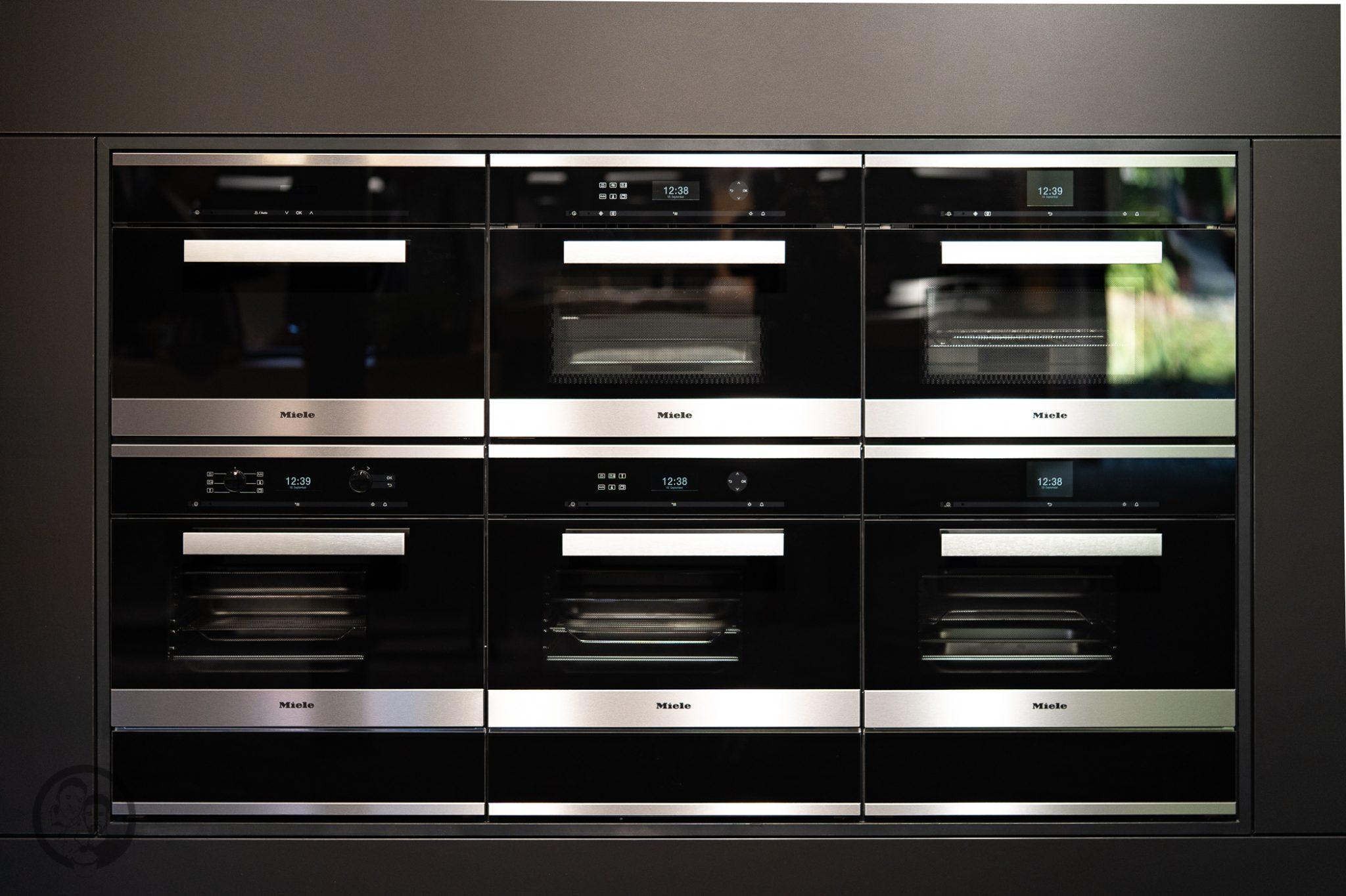 Küchenmeile mW 10 | Wie ihr ja bestimmt wisst, sind wir seit diesem Jahr Kooperationspartner von Miele.Daher hatten wir das große Glück, den Messestand von Miele nicht nur auf der IFA, sondern auch auf der Küchenmeile in Rödinghausen zu besuchen. Dort konnten wir uns einen spannenden Eindruck der Miele Küchenneuheiten machen, aber auch von der restlichen Produktpalette. Da Küchenequipment für alle Koch- und Backbegeisterten auch ein großes Thema ist, möchten wir euch gerne an unserem Besuch teilhaben lassen.