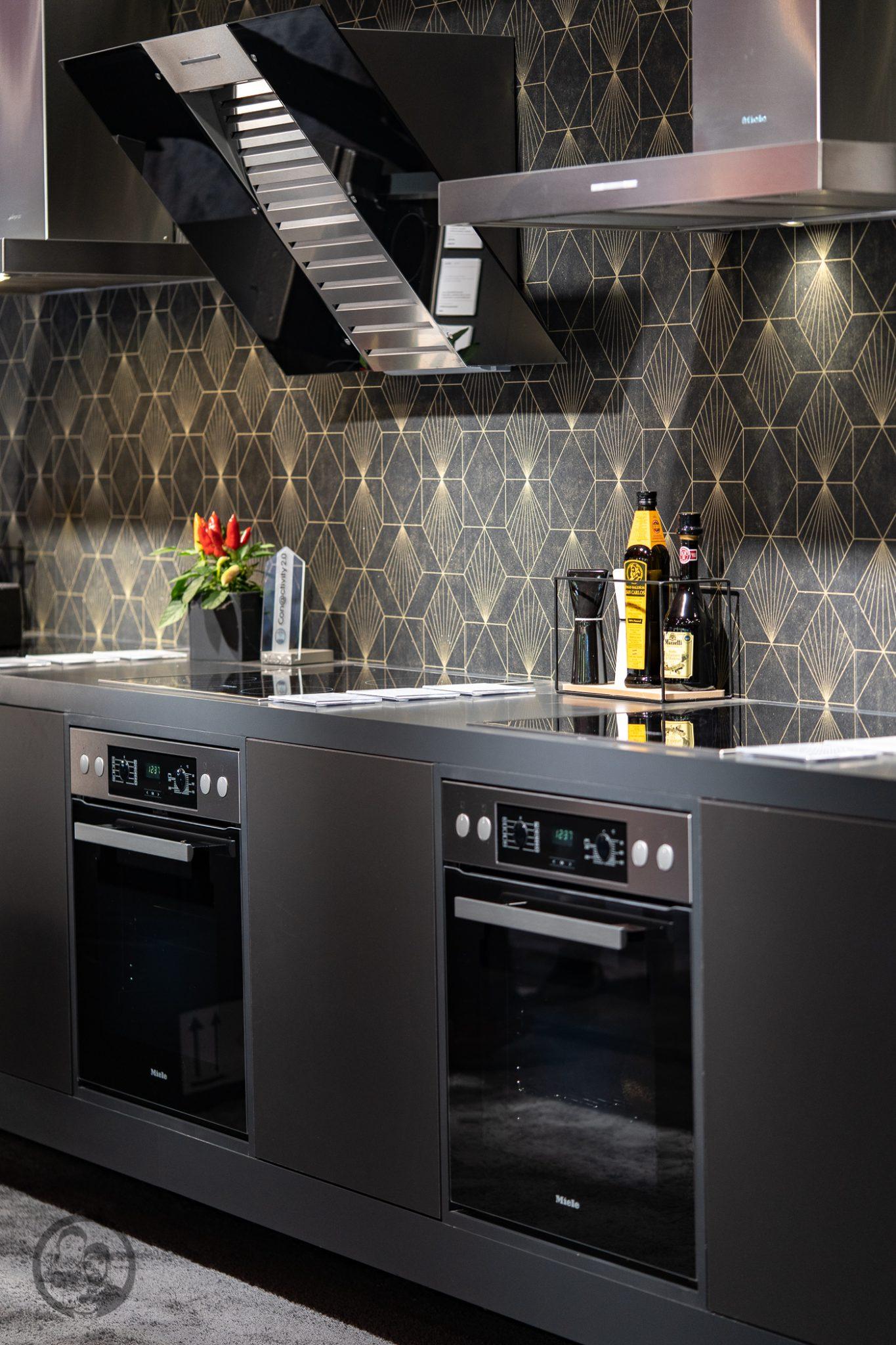 Küchenmeile mW 11 | Wie ihr ja bestimmt wisst, sind wir seit diesem Jahr Kooperationspartner von Miele.Daher hatten wir das große Glück, den Messestand von Miele nicht nur auf der IFA, sondern auch auf der Küchenmeile in Rödinghausen zu besuchen. Dort konnten wir uns einen spannenden Eindruck der Miele Küchenneuheiten machen, aber auch von der restlichen Produktpalette. Da Küchenequipment für alle Koch- und Backbegeisterten auch ein großes Thema ist, möchten wir euch gerne an unserem Besuch teilhaben lassen.
