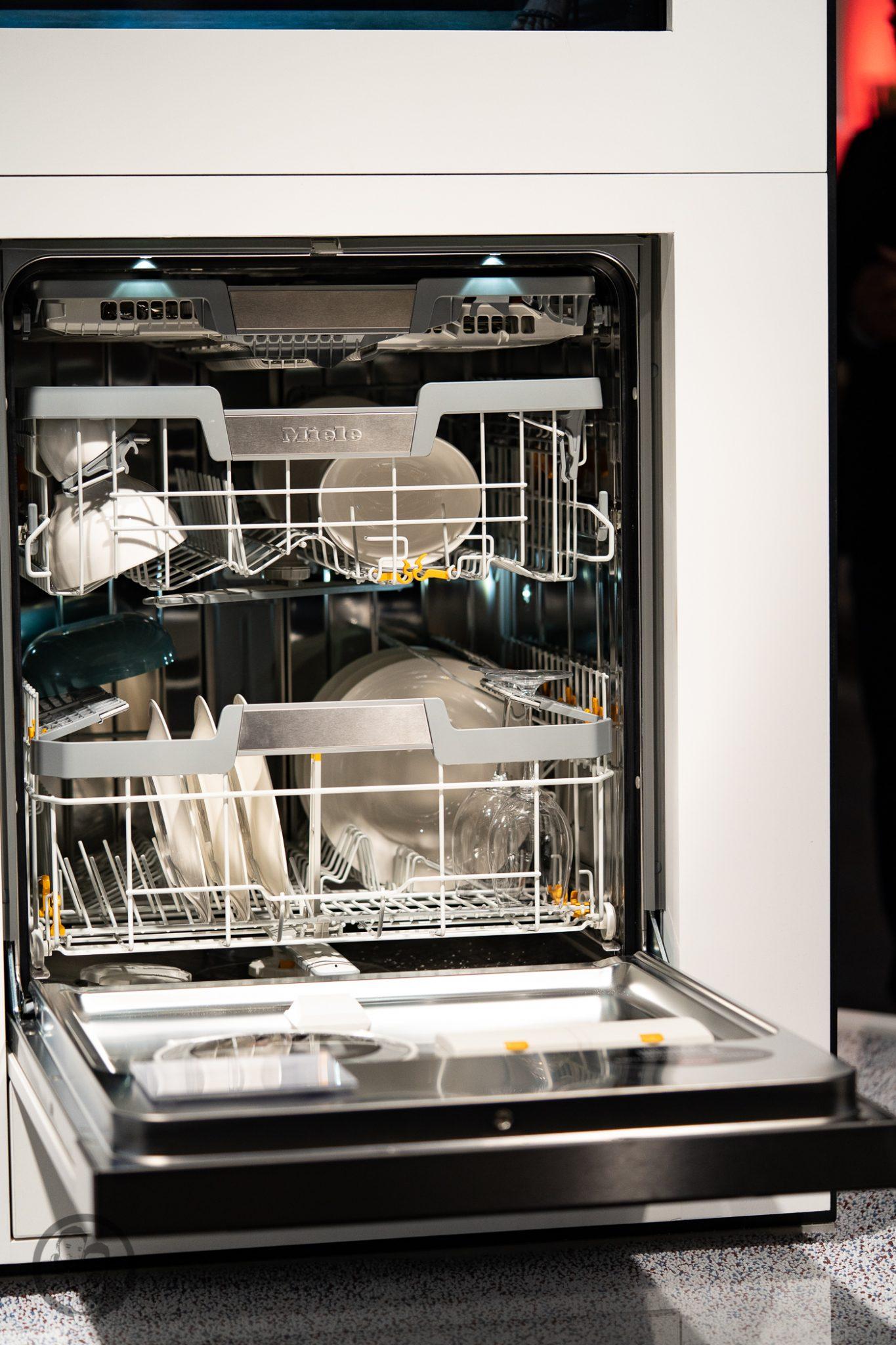 Küchenmeile mW 18 | Wie ihr ja bestimmt wisst, sind wir seit diesem Jahr Kooperationspartner von Miele.Daher hatten wir das große Glück, den Messestand von Miele nicht nur auf der IFA, sondern auch auf der Küchenmeile in Rödinghausen zu besuchen. Dort konnten wir uns einen spannenden Eindruck der Miele Küchenneuheiten machen, aber auch von der restlichen Produktpalette. Da Küchenequipment für alle Koch- und Backbegeisterten auch ein großes Thema ist, möchten wir euch gerne an unserem Besuch teilhaben lassen.