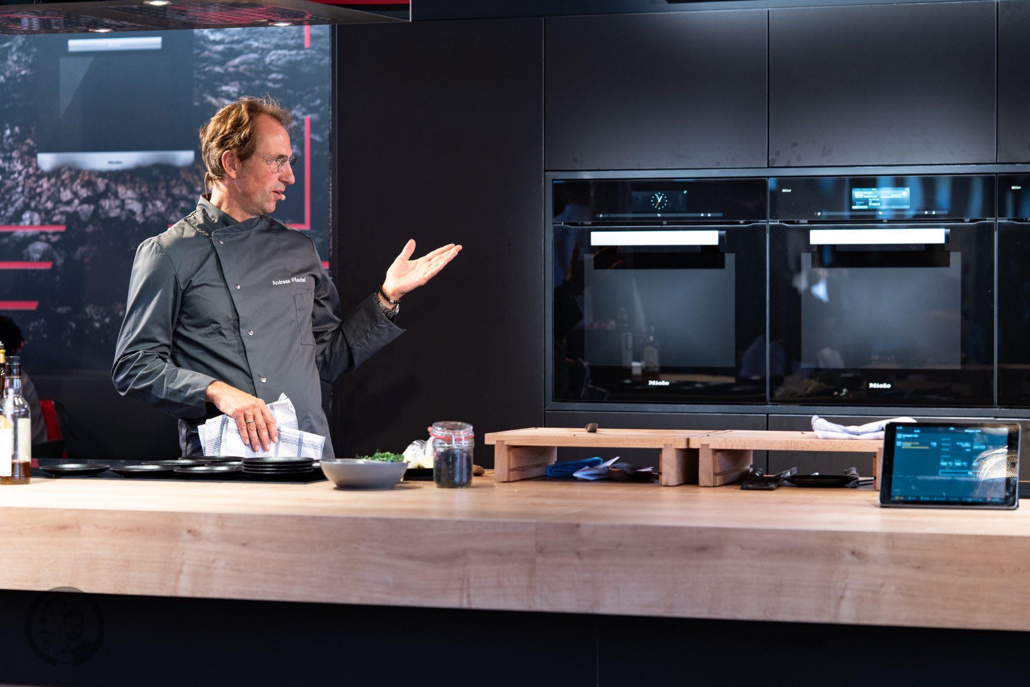 Küchenmeile mW 25 | Wie ihr ja bestimmt wisst, sind wir seit diesem Jahr Kooperationspartner von Miele.Daher hatten wir das große Glück, den Messestand von Miele nicht nur auf der IFA, sondern auch auf der Küchenmeile in Rödinghausen zu besuchen. Dort konnten wir uns einen spannenden Eindruck der Miele Küchenneuheiten machen, aber auch von der restlichen Produktpalette. Da Küchenequipment für alle Koch- und Backbegeisterten auch ein großes Thema ist, möchten wir euch gerne an unserem Besuch teilhaben lassen.