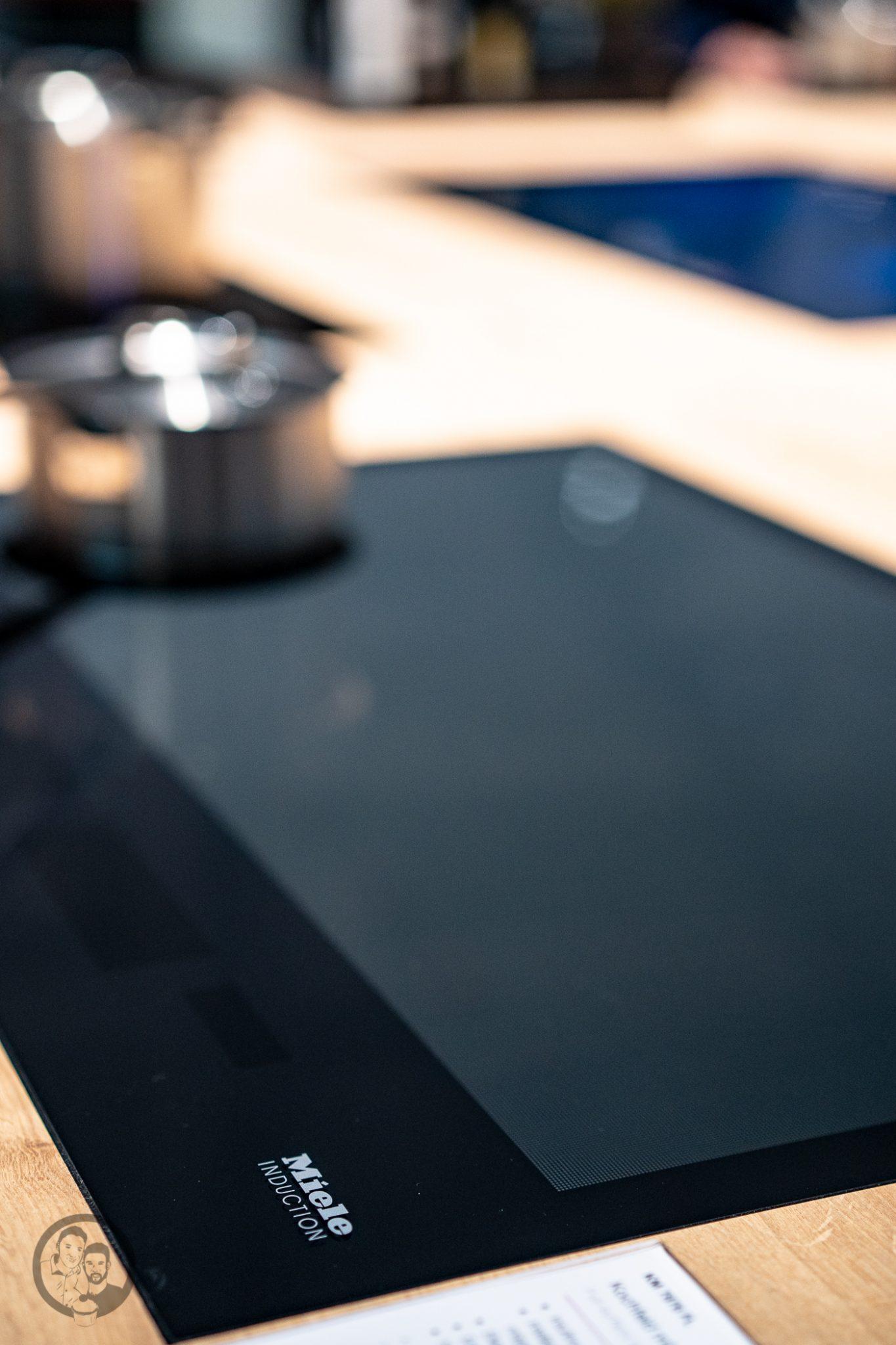 Küchenmeile mW 29 | Wie ihr ja bestimmt wisst, sind wir seit diesem Jahr Kooperationspartner von Miele.Daher hatten wir das große Glück, den Messestand von Miele nicht nur auf der IFA, sondern auch auf der Küchenmeile in Rödinghausen zu besuchen. Dort konnten wir uns einen spannenden Eindruck der Miele Küchenneuheiten machen, aber auch von der restlichen Produktpalette. Da Küchenequipment für alle Koch- und Backbegeisterten auch ein großes Thema ist, möchten wir euch gerne an unserem Besuch teilhaben lassen.