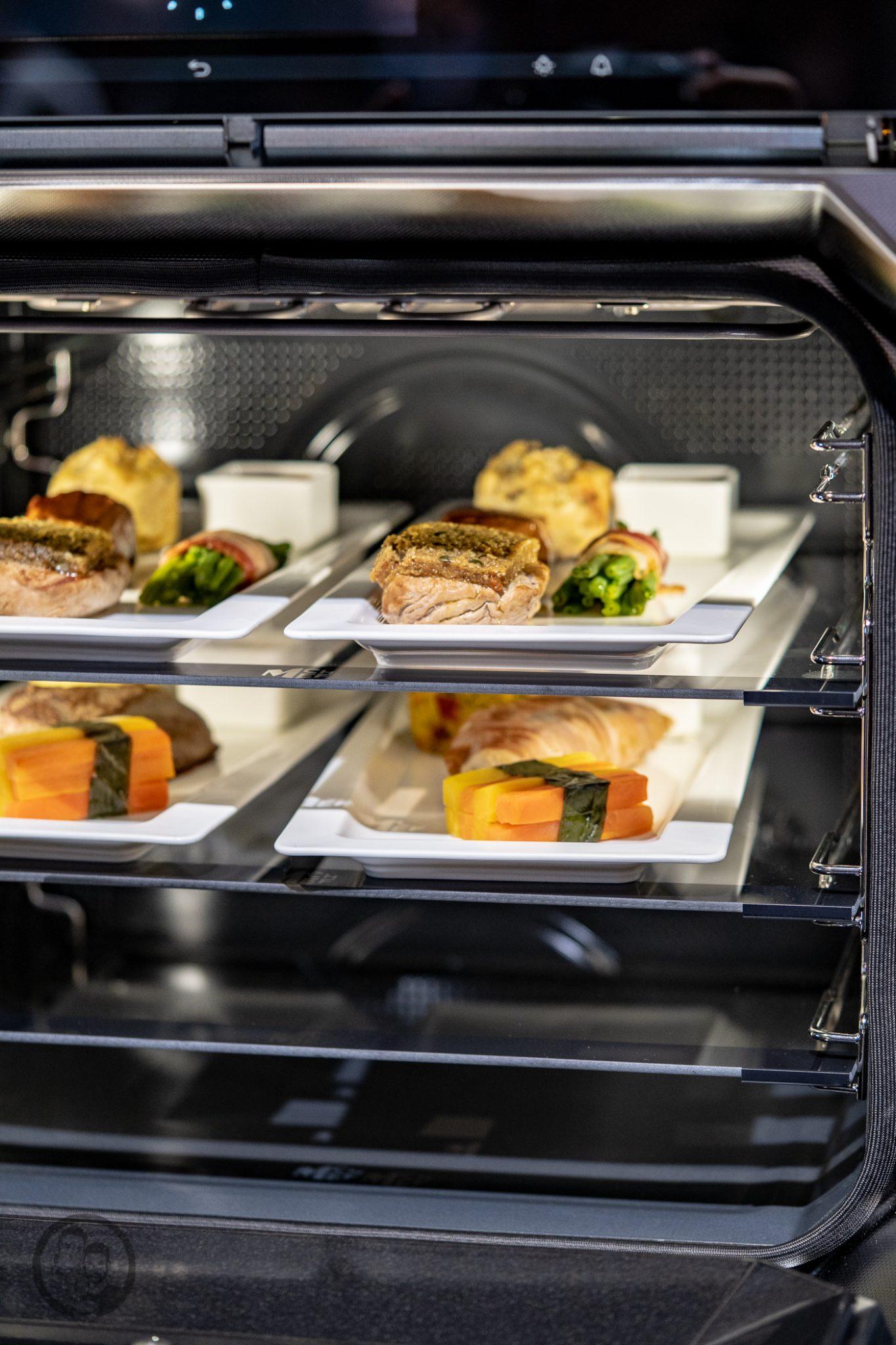 Küchenmeile mW 31 | Wie ihr ja bestimmt wisst, sind wir seit diesem Jahr Kooperationspartner von Miele.Daher hatten wir das große Glück, den Messestand von Miele nicht nur auf der IFA, sondern auch auf der Küchenmeile in Rödinghausen zu besuchen. Dort konnten wir uns einen spannenden Eindruck der Miele Küchenneuheiten machen, aber auch von der restlichen Produktpalette. Da Küchenequipment für alle Koch- und Backbegeisterten auch ein großes Thema ist, möchten wir euch gerne an unserem Besuch teilhaben lassen.