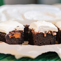 Karamell Brownie Mascrapone 2 | Wir haben euch ja schon im Rezept zu unseren Walnuss-Ahornsirup-Schnecken erzählte, dass wir für den Geburtstag von Karo, die Freundin meines Bruders, ordentlich gebacken haben. Jetzt verraten wir euch auch, was sie sich gewünscht hätte. Es sollte etwas Schokoladiges werden und mit Karamell, bitte. Daraus wurden dann diese Karamell-Brownies mit Mascarponecreme.