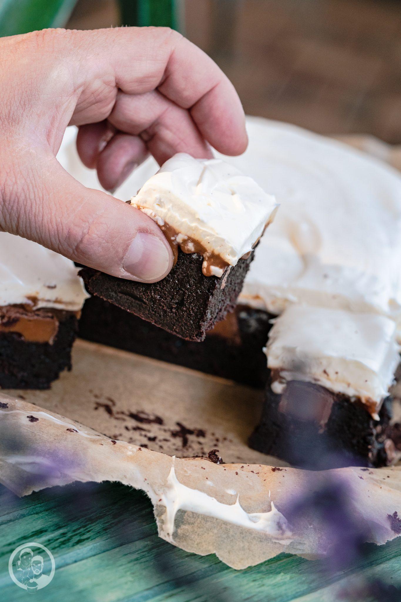 Karamell Brownie Mascrapone 3 | Wir haben euch ja schon im Rezept zu unseren Walnuss-Ahornsirup-Schnecken erzählte, dass wir für den Geburtstag von Karo, die Freundin meines Bruders, ordentlich gebacken haben. Jetzt verraten wir euch auch, was sie sich gewünscht hätte. Es sollte etwas Schokoladiges werden und mit Karamell, bitte. Daraus wurden dann diese Karamell-Brownies mit Mascarponecreme.