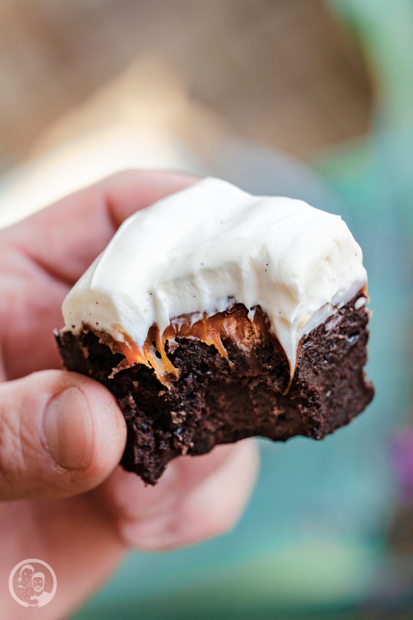 Karamell Brownie Mascrapone 5 | Wir haben euch ja schon im Rezept zu unseren Walnuss-Ahornsirup-Schnecken erzählte, dass wir für den Geburtstag von Karo, die Freundin meines Bruders, ordentlich gebacken haben. Jetzt verraten wir euch auch, was sie sich gewünscht hätte. Es sollte etwas Schokoladiges werden und mit Karamell, bitte. Daraus wurden dann diese Karamell-Brownies mit Mascarponecreme.