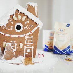 Lebkuchenhaus 2 | Jetzt ist es schon wieder soweit und die ersten Weihnachtsmärkte haben ihre Tore geöffnet. Überall in der Stadt riecht es nach heißen Maronen, Lebkuchen und anderen weihnachtlichen Düften. Zeit daher auch, mit der Weihnachtsbäckerei so langsam anzufangen, damit für die Advents- und Weihnachtszeit genügend Plätzchen in der Speisekammer bereitstehen.