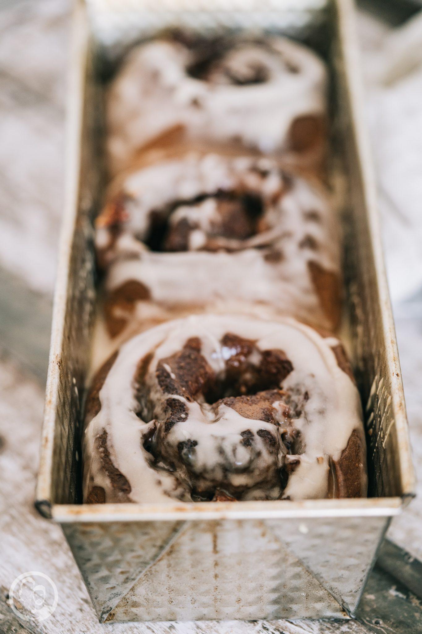 Walnuss Ahornsirup Schnecken 6 | Wir haben ja in der Vergangenheit schon so einige Hefeschnecken gemacht, aber dieses leckere Gebäck ist so vielfältig zu befüllen, dass wir wohl noch so einige Varianten in Zukunft für euch ausprobieren werden. Diese Walnuss-Ahornsirup-Schnecken gehören definitiv zu unseren Favoriten und werden wohl noch öfter auf den Tisch kommen.