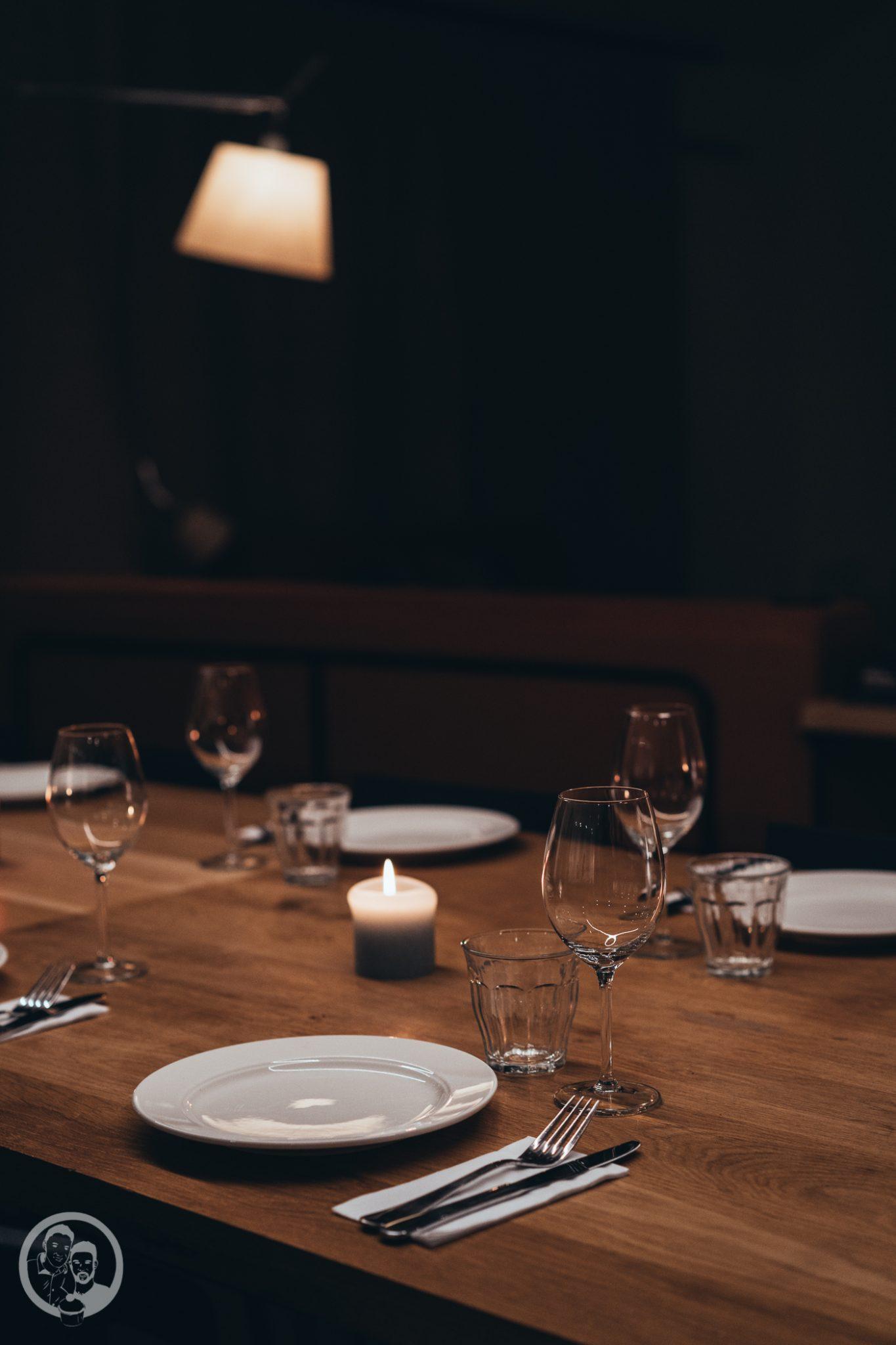 foodbloghouse nl 1 | Heute schreibe ich euch aus unserem Food.Blog.House. in den Niederlanden. Hier verbringen wir ein Wochenende mit liebgewonnen Foodblogger-Kollegen und wir verwöhnen uns selber mit einem 10-Gänge-Menü! Wir sind für den Fischgang zuständig und haben lange getüftelt über unser Gericht für diesen besonderen Tag. In Gin gebeizter Thunfisch mit Wasabipüree und Pak Choi - klingt doch nach einer guten Wahl, oder?!