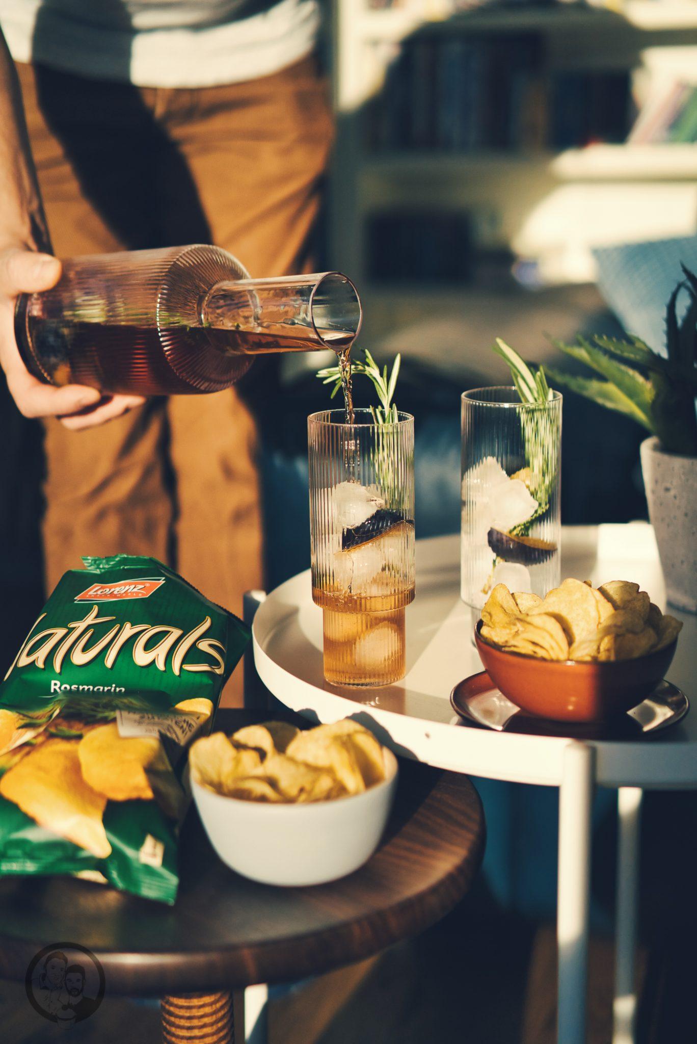 natural mailand aperitivo 67 | Vielleicht könnt ihr euch noch daran erinnern, dass wir uns vor ein paar Wochen mit einem neuen Rezept aus Mailand gemeldet haben. Denn genau dort dürften wir zwei schöne Tage verbringen. Die Stadt ist nicht nur für Mode sondern auch für eine tolle Food-Szene bekannt. Warum wir in Mailand waren und was unser neues Rezept für einen Pflaumen-Vermouth-Spritz damit zu tun hat und warum Naturals Chips der perfekte Begleiter dazu sind - das wollen wir euch heute zeigen.
