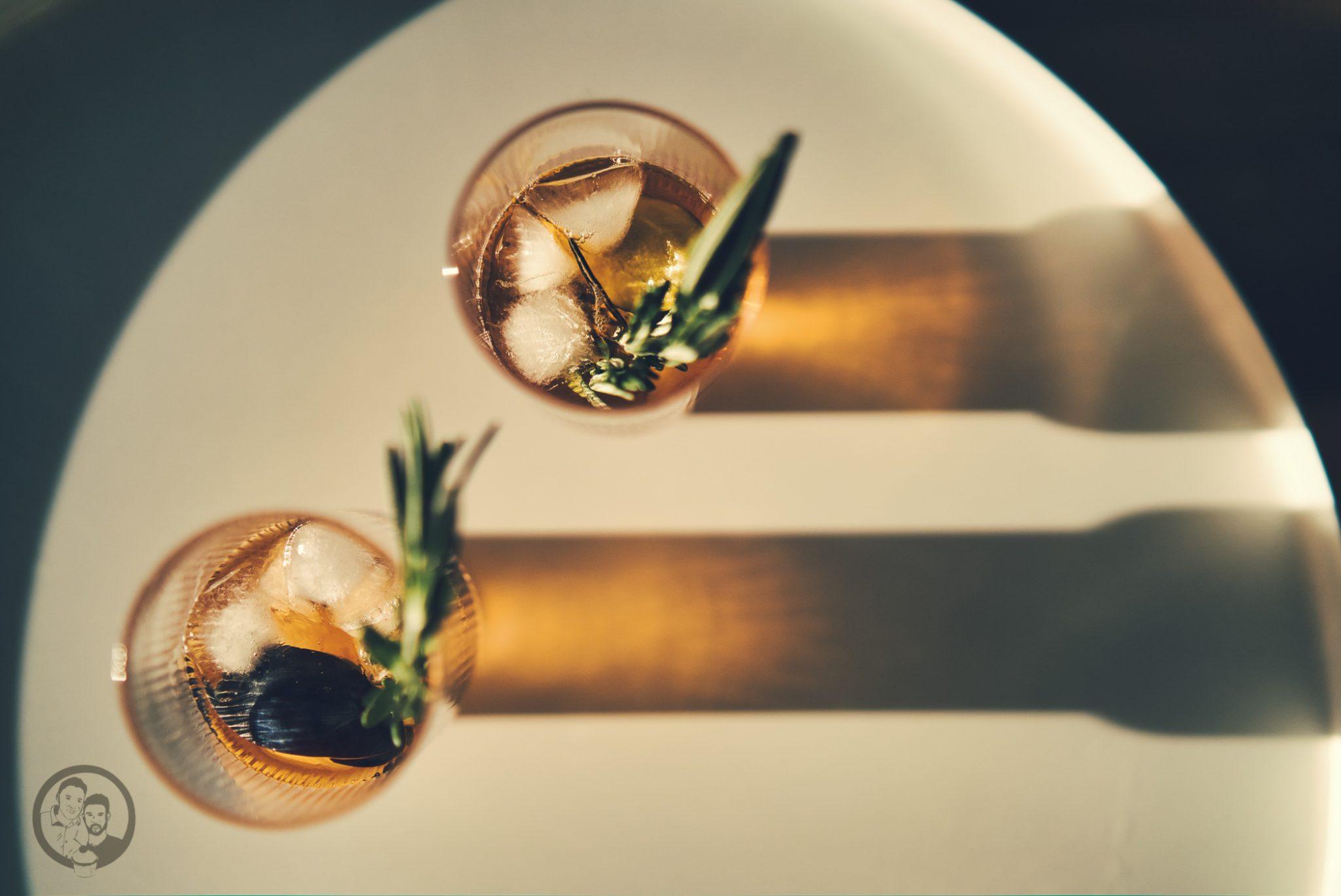 natural mailand aperitivo 72 | Vielleicht könnt ihr euch noch daran erinnern, dass wir uns vor ein paar Wochen mit einem neuen Rezept aus Mailand gemeldet haben. Denn genau dort dürften wir zwei schöne Tage verbringen. Die Stadt ist nicht nur für Mode sondern auch für eine tolle Food-Szene bekannt. Warum wir in Mailand waren und was unser neues Rezept für einen Pflaumen-Vermouth-Spritz damit zu tun hat und warum Naturals Chips der perfekte Begleiter dazu sind - das wollen wir euch heute zeigen.