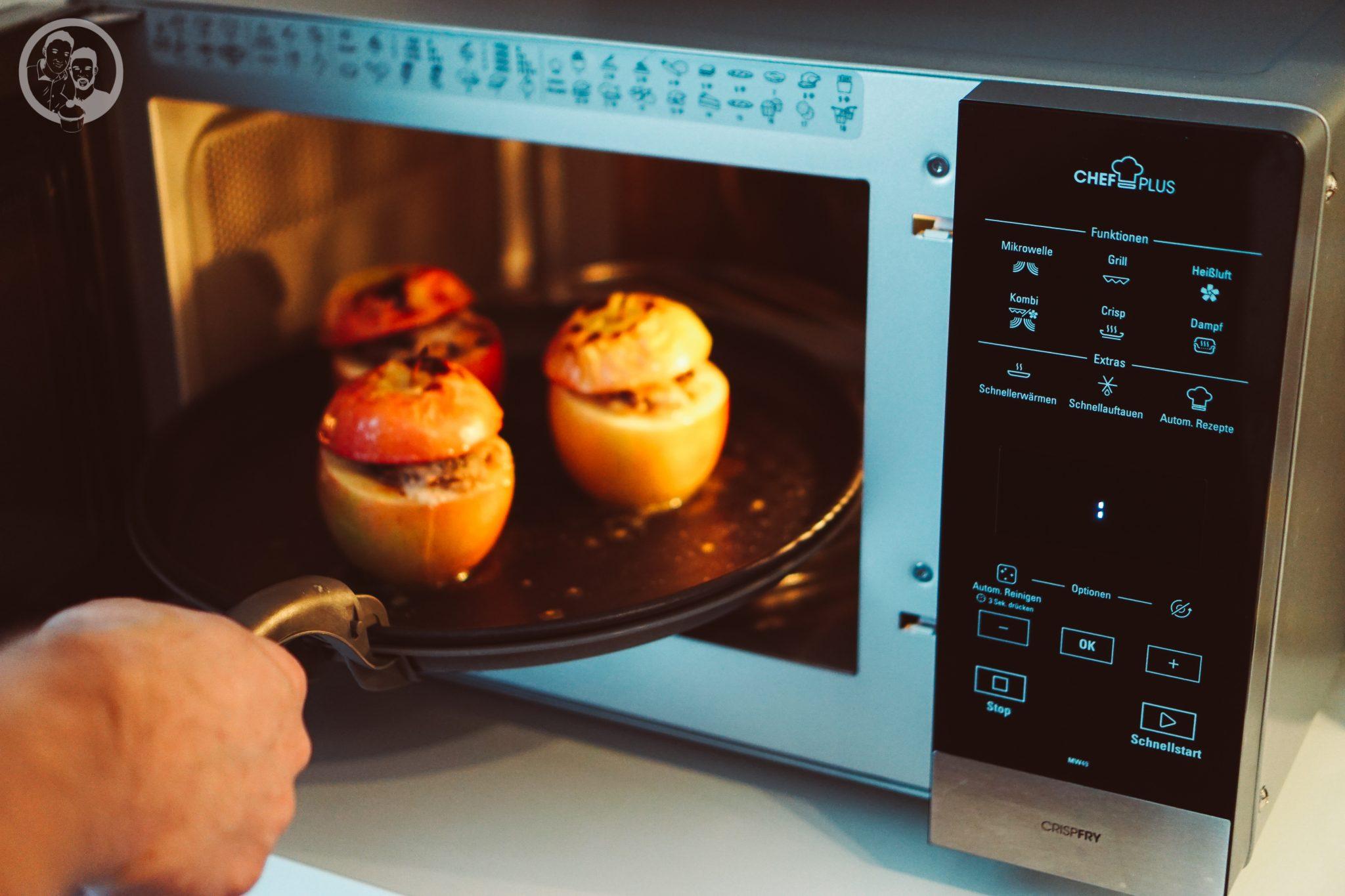 Brat%C3%A4pfel mW 3 | In dieser Adventszeit feiern wir nun schon die zweite Premiere. Wir haben ja schon das erste Mal überhaupt ein Lebkuchenhaus zubereitet und nun hat Sascha seinen ersten Bratapfel gemacht.